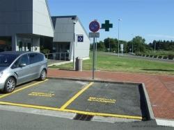 Señalización horizontal y vertical para delimitar área de estacionamiento reservado.