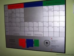 Directorio metálico de empresa con elementos magnéticos que permiten modificaciones de manera sencilla.