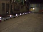 Pasillo peatonal con bandas reflectantes