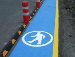 Pasillo peatonal con figura